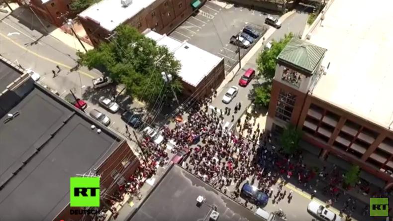 Drohnenaufnahme: Moment des Autoangriffs auf Demonstranten in Charlottesville