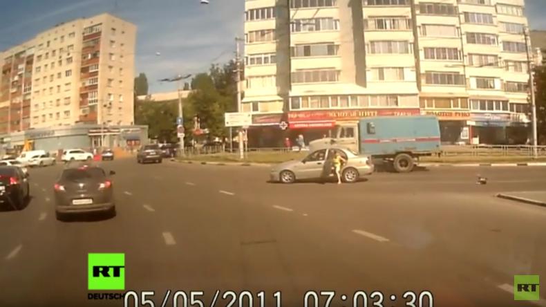 Schreckensmoment in Lipetsk: Baby fällt aus Auto auf befahrene Straße