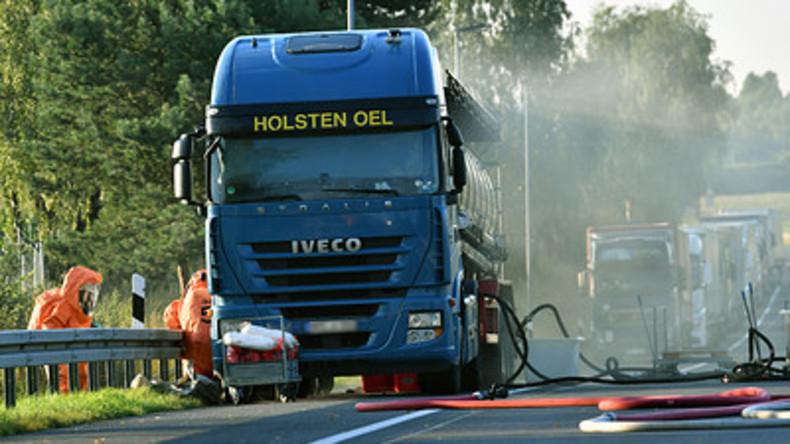 A24 voll gesperrt: LKW verliert Salpetersäure
