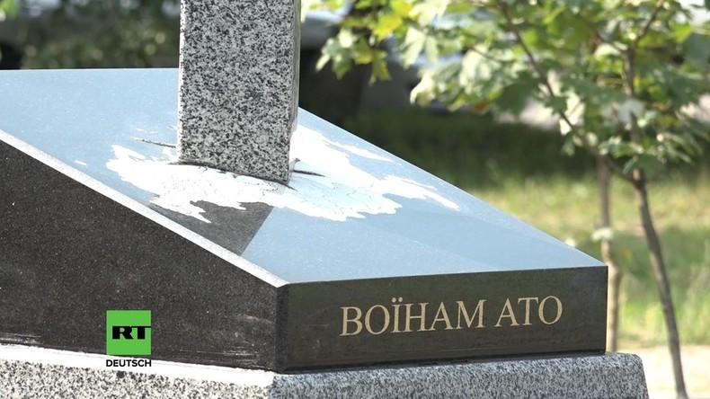 Kiew: Mit Schwert durchstochene Landkarte Russlands in Stein verewigt