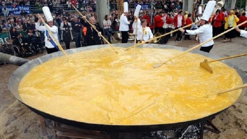 Belgier braten trotz Eier-Skandals Riesenomelett [FOTOS]