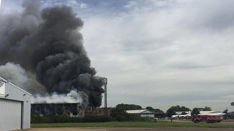 Explosion am London Southend Airport - Schwarzer Rauch über Hangar