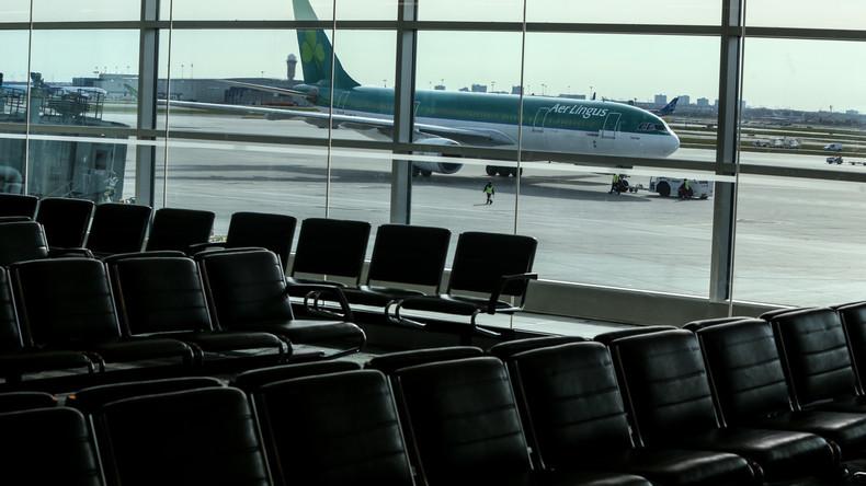 Auf dem Weg nach Disneyland: Touristen mit Micky-Maus-T-Shirts nicht in Flughafen-Lounge gelassen