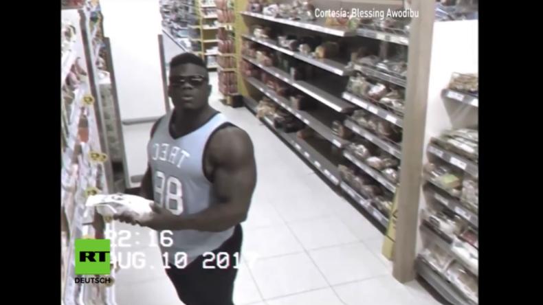 Stolzer Bodybuilder entdeckt sich selbst im Fokus einer Überwachungskamera - da überkommt es ihn