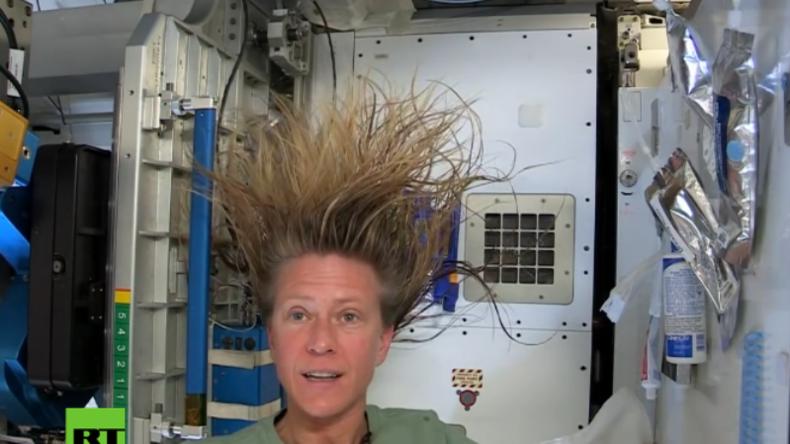 Astronautin bringt Licht ins Dunkel: So wäscht man sich die Haare in der Schwerelosigkeit