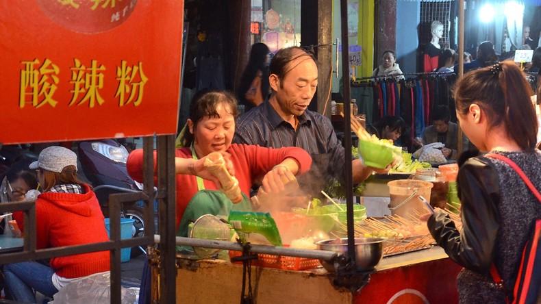 Verliebter Chinese belohnt Passanten mit 5.000 Nudeln-Portionen für gerettete Verlobung