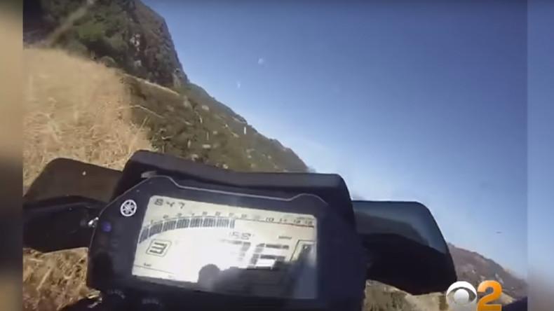 Motorradfahrer landet in Schlucht – Mehrere Knochenbrüche [VIDEO]