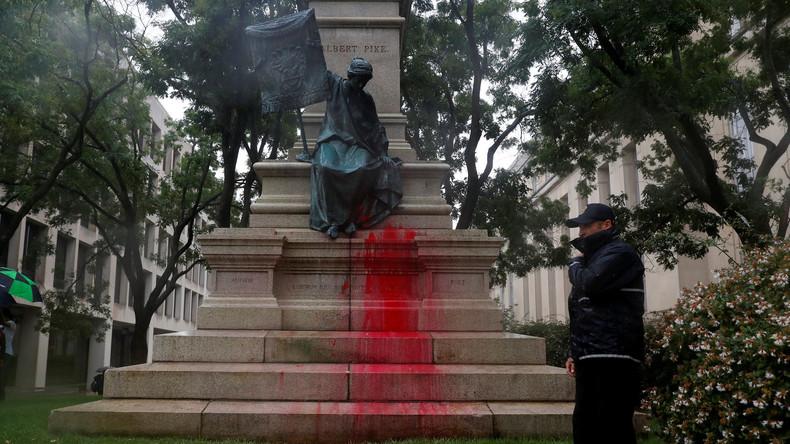 Statue eines Konföderierten Generals mit roter Farbe übergossen