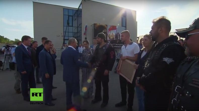 Deutsche Biker übergeben Putin Freundschafts-Gemälde