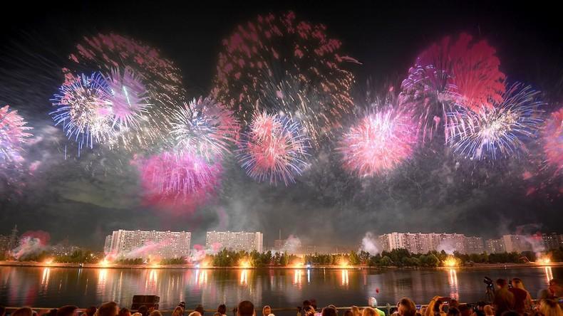 """Moskauer Himmel leuchtet in bunten Farben beim III. Internationalen Feuerwerk-Festival """"Rostech"""""""