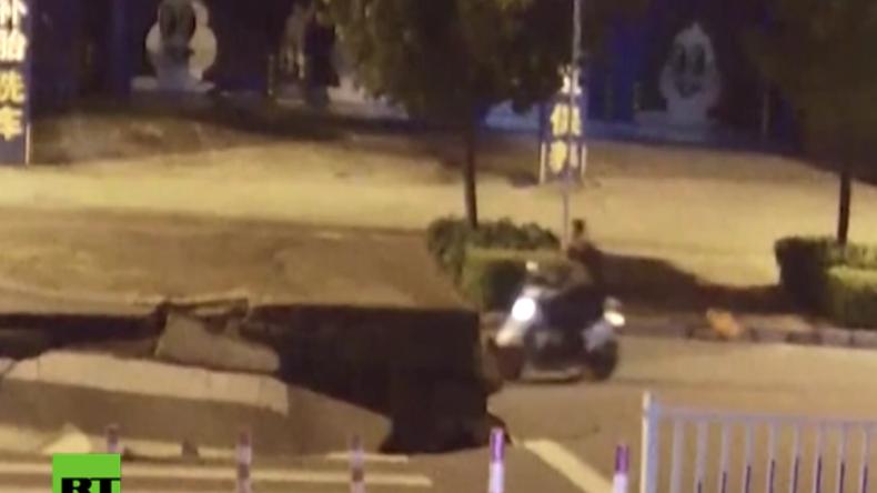 Weil er aufs Handy schaute: Motorroller-Fahrer fährt geradewegs in den Abgrund
