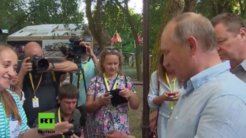 "Putin verwechselt bei Jugendforum ""coole"" Deko-Figur mit Tonflöte"