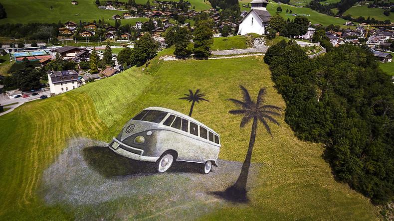 Riesiges Bulli-Gemälde verschönert Schweizer Wiese