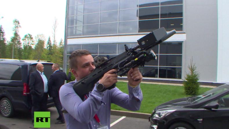 """""""Für Menschen ungefährlich"""": Anti-Drohnen-Handwaffe in Russland vorgestellt"""