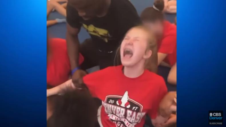 USA: Videos sorgen für Empörung – Cheerleader unter qualvollen Schmerzen in den Spagat gezwungen