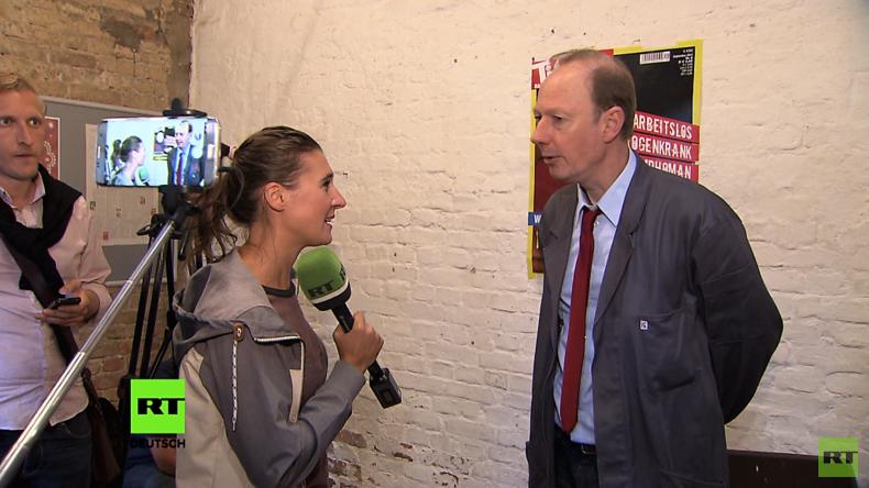 Das Schattenkabinett von Die Partei: Martin Sonneborn lädt Putin zum Schnitzelessen im Reichstag ein