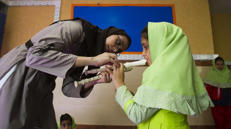 """Keine """"hässlichen Lehrer"""": Neue Forderungen an Äußeres iranischer Pädagogen"""