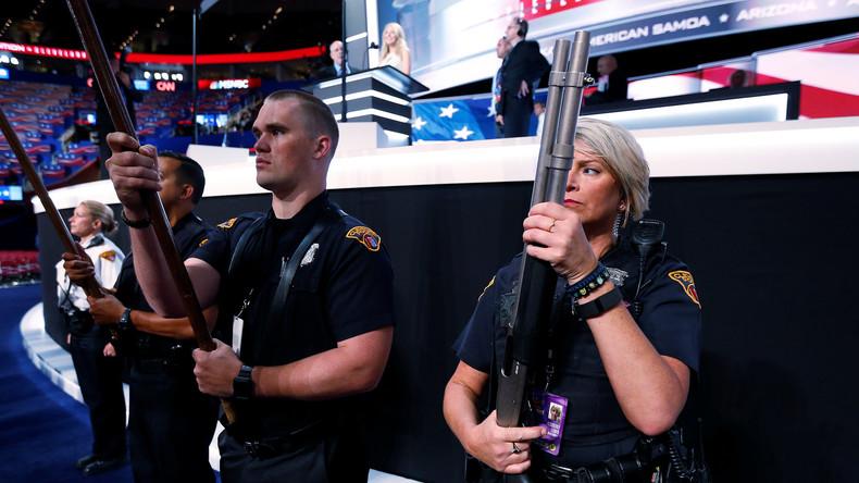 Trump hebt Obamas Verbot militärischer Waffen für US-Polizisten auf