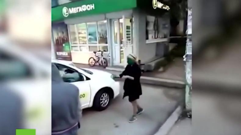 """Russland: """"Dafür gibt's grüne Gesichter"""" - Taxifahrer bestraft zwei Mädels, die nicht zahlen können"""