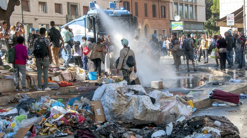 Rom: Polizei geht während Räumung eines Hauses mit Wasserwerfern gegen protestierende Migranten vor