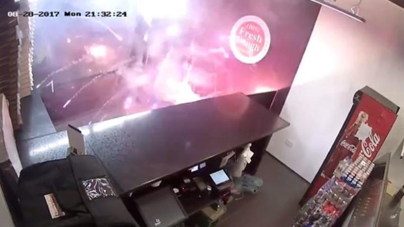 Rache kann auch heiß serviert werden: Mann lässt 70 entzündete Feuerwerke in Pizzeria los [VIDEO]