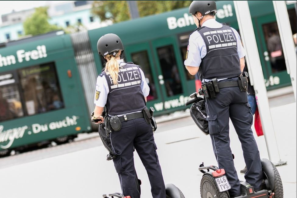 Freiburger Polizei mit Segway-Stehrollern auf Streife [FOTOS]