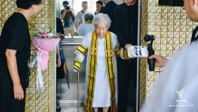 91-jährige Thailänderin schafft Uni-Abschluss [FOTOS]