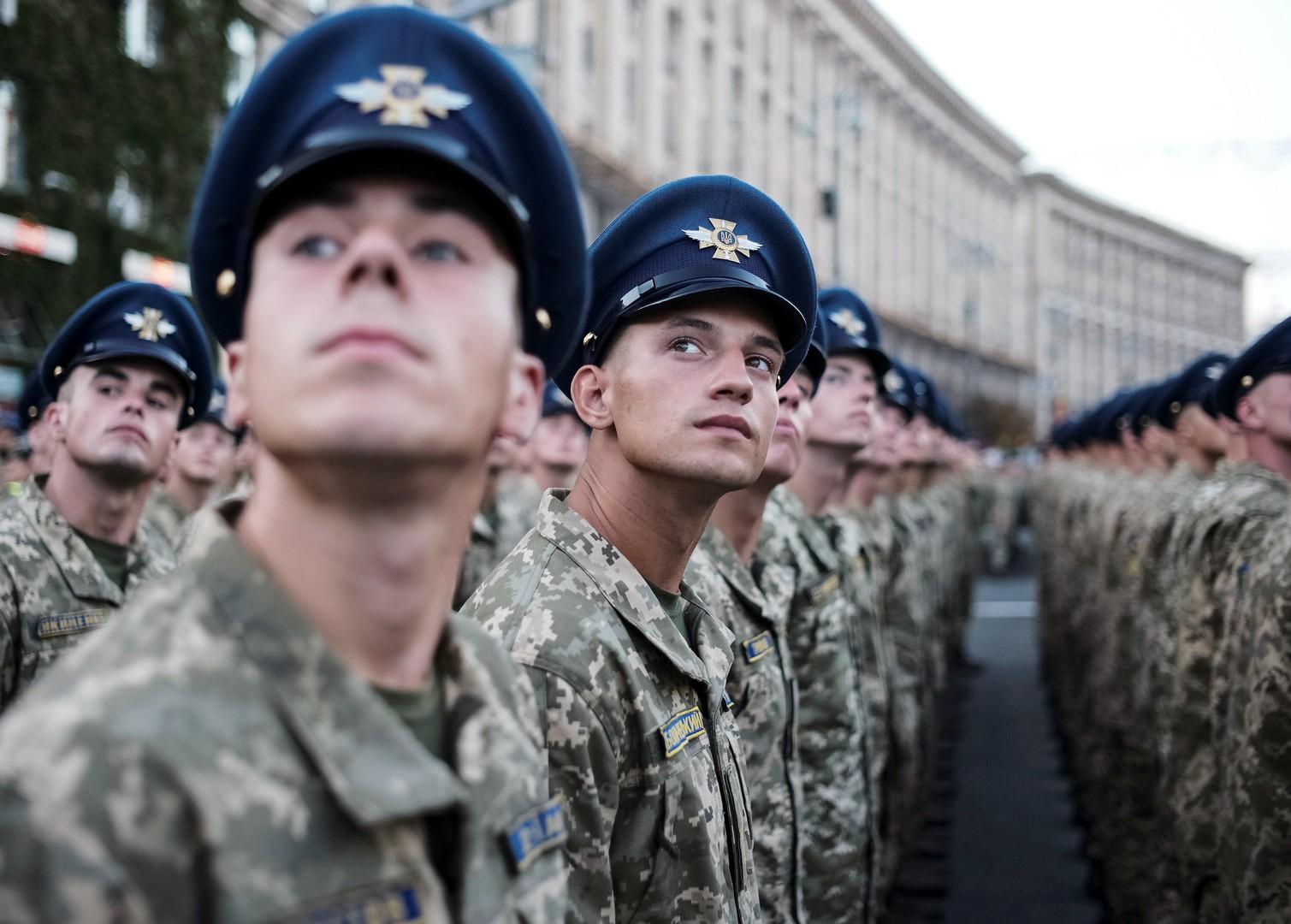 Pentagon-Chef nimmt Militärparade in Kiew ab