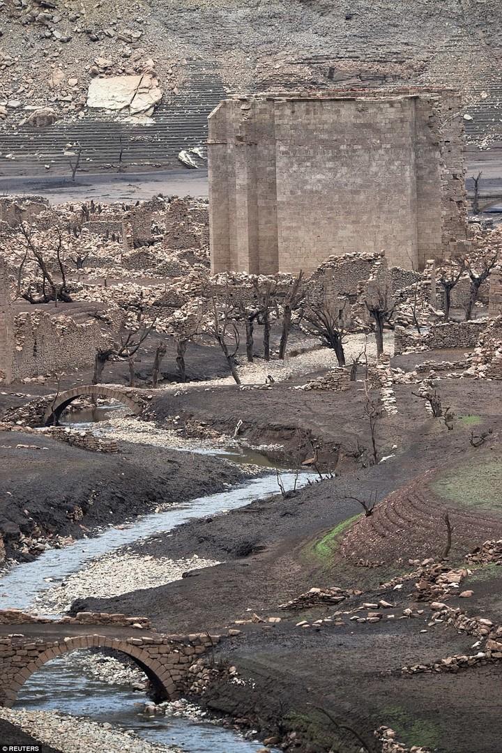 Überschwemmtes Dorf in Spanien wegen Dürre wieder aus Wasser aufgetaucht  [FOTOS]