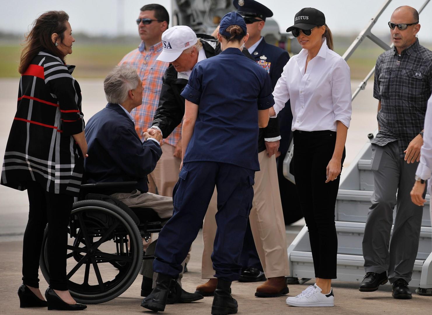 Melania Trump reist in US-Hochwassergebiet in Schlangenleder-Stilettos – Internet empört [FOTOS]