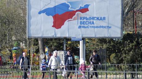 Eine Plakatwand propagiert den Bau der Brücke über die Straße von Kertsch, welche die Krim mit dem russischen Festland verbinden wird