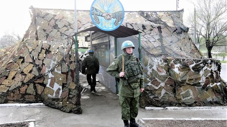 Angehöriger der russischen Friedensmission am Kontrollpunkt in Bendery, Transnistrien, 2016. Die Abkürzung МС auf dem Helm steht für Friedenstiftende Kräfte.