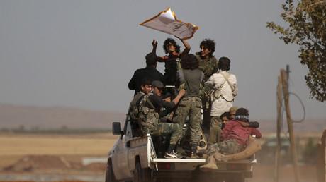 September 2016 in Nordsyrien: Kämpfer von Nour al-Din al-Zenki drängen sich auf einem Pick-Up. Auf der Ladefläche eines solchen Fahrzeugs hatten sie zwei Monate zuvor ein Kind geköpft.
