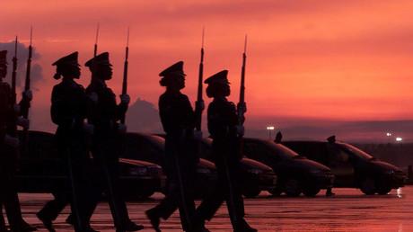 Eine US-Ehrenformation der Ramstein Luftwaffenbasis erweist fünf im Jemen gefallenen Kamerade die letzte Ehre.