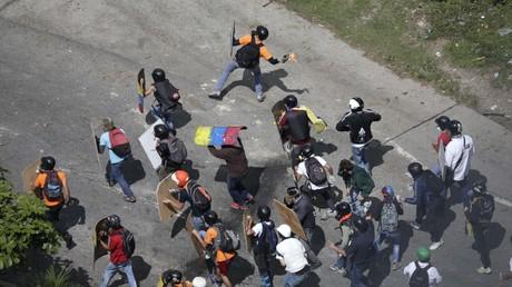 Vergangenen Sonntag in Caracas: Mit Molotow-Cocktails bewaffnete Regierungsgegner versuchen das Referendum über eine verfassungsgebende Versammlung zu verhindern.-