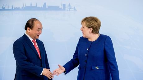 Bundeskanzlerin Angela Merkel bei einem Treffen mit dem vietnamesischen Premierminister Nguyen Xuan Phuc am Abend des G20-Gipfels, Hamburg, Deutschland, 6. Juli 2017.