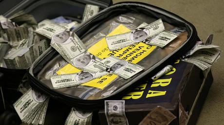 Vor dem Parlament legten Regierungsgegner einen Koffer voller gefälschter Geldscheine mit dem Konterfei Temers ab. Sie forderten die Abgeordneten auf, für die Zulassung des Gerichtsverfahrens gegen den Präsidenten zu stimmen.