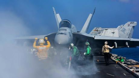 Ein Kampfflugzeug hebt vom US-Flugzeugträger USS John C. Stennis in der philippinischen See ab