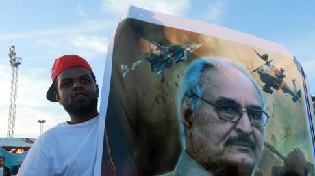 Ein Sympathisant des libyschen Generals Chalifa Haftar während einer Demonstration in der Küstenstadt Bengazi.