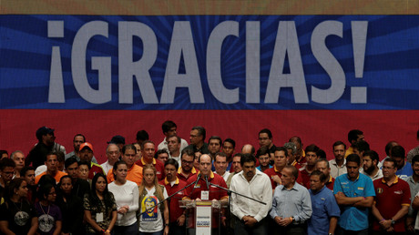 Julio Borges (Mitte), Präsident der Nationalversammlung und Abgeordneter des Oppositionsbündnisses MUD, hält nach einem inoffiziellen Plebiszit gegen den amtierenden Präsidenten Nicolas Maduro eine Rede, Caracas, 17. Juli 2017.