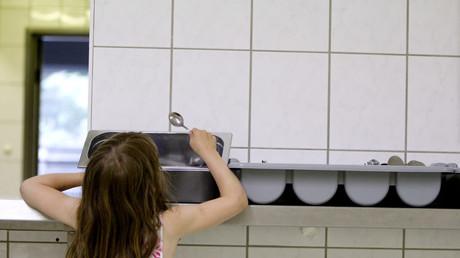 Ein Mädchen nutzt die Unterstützung der Organisation