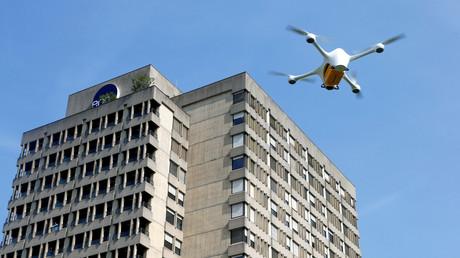 Ungewöhnlicher Postbote: Eine Drohne bringt Laborproben in das im Hintergrund zu sehende Krankenhaus im schweizerischen Lugano.
