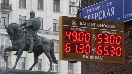 Eine Tafel mit Wechselkursen neben der Statue von Prinz Yury Dolgoruky, dem Begründer Moskaus im Jahr 1147, Moskau, Russland, 1. Dezember 2014.