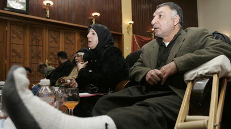 Ein Mann, der angibt durch die Sicherheitsfirma Blackwater verletzt worden zu sein, nimmt an einer Nachrichtenkonferenz zur Klage in den USA gegen Blackwater teil, Bagdad, Irak, 18. Januar 2010.