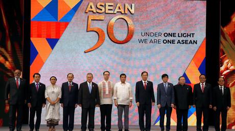 Die ASEAN-Außenminister neben dem philippinischen Präsidenten Duterte in Manila, 08.08.17.