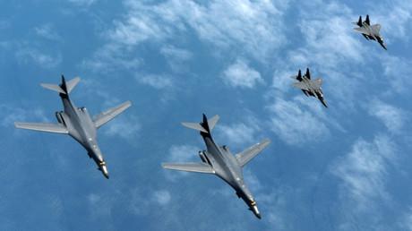 Zwei U.S. Air Force Langestreckenbomber B-1B Lancers von der Luftwaffenbasis in Guam fliegen zusammen mit zwei südkoreanischen F-15 über die koreanische Halbinsel., 20 Juni 2017.