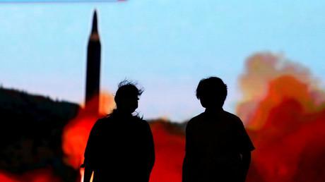 Ein Bildschirm in Tokio zeigt den Start einer nordkoreanischen Rakete, Japan 10. August 2017.