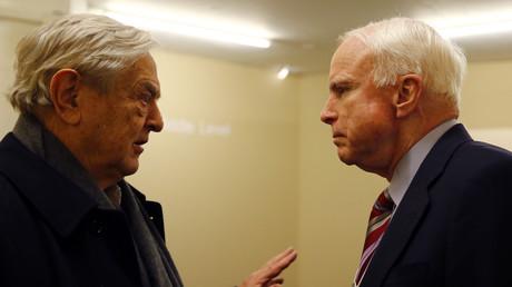 Progressive Regierungen in Lateinamerika im Visier: George Soros und US-Senator John McCain im Gespräch beim Weltwirtschaftsforum in Davos