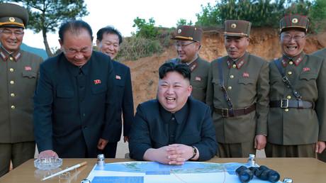 Mit fast schon kindlicher Freude goutiert Kim Jong-un den erfolgreichen Start einer Interkontinentalrakete.