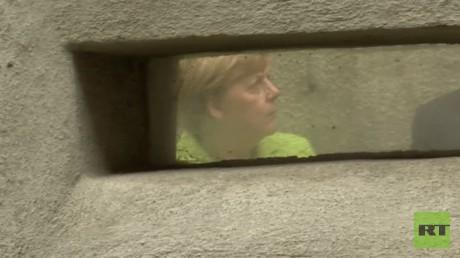 Bundeskanzlerin Angela Merkel am 11. August 2017 in einer Zelle des ehemaligen politischen Gefängnisses des Ministeriums für Staatssicherheit, Hohenschönhausen, in Berlin.